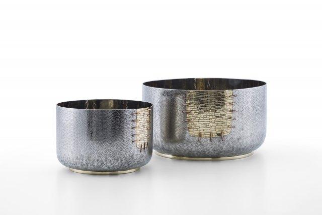 Per fiori recisi con gambo corto o per piantine, le coppe Fukui della collezione I Cuciti di Zanetto sono in bronzo bianco, ottone e rame. Sono disponibili alte 10 cm e 13 cm. Prezzo a partire 375 euro. www.zanetto