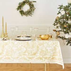 Tutte le sfumature dell'oro per la tavola di Natale di Zara Home che si ispira allo stile classico. La tovaglia Floreale dorata in puro cotone è in grado di rendere sontuoso qualsiasi tavolo (misura L 225 x P 150 cm, prezzo 35,99 euro). Ad impreziosire l'insieme sono i dettagli: l'insalatiera in vetro dorato (prezzo 11,99 euro); la bottiglia intagliata dorata in vetro (prezzo 19,99 euro); i calici in vetro-cristallo con bordo dorato (prezzo da 9,99 euro cad.) e le coppette da gelato in vetro decorato da stelline color oro (prezzo 9,99 euro cad). www.zarahome.com