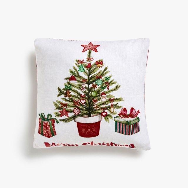 """La federa per cuscino Albero di Natale di Zara Home è realizzata in puro lino bianco e consente di avere un """"morbido abete"""" sul divano, basta aggiungere l'imbottitura! Misura L 40 x P 40 cm. Prezzo 19,99 euro.    www.zarahome.com"""