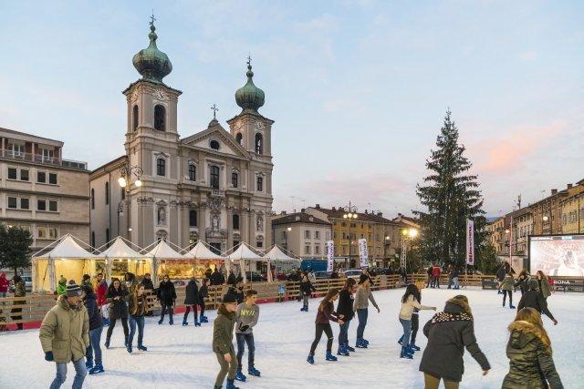Dal 14 fino al 24 dicembre si svolge a Gorizia il mercatino di Natale con le sue tradizionali bancarelle. Foto: Fabrice Gallina. www.turismofvg.it