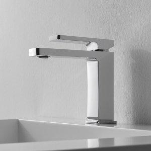 Il miscelatore monocomando per lavabo della serie QQuadro di Zazzeri ha forma semplice ed essenziale. È dotato di aeratore con riduttore di portata che limita il flusso dell'acqua a circa 5,5 l/min. Prezzo del rubinetto in versione cromata in foto, Iva esclusa, 171 euro www.zazzeri.it