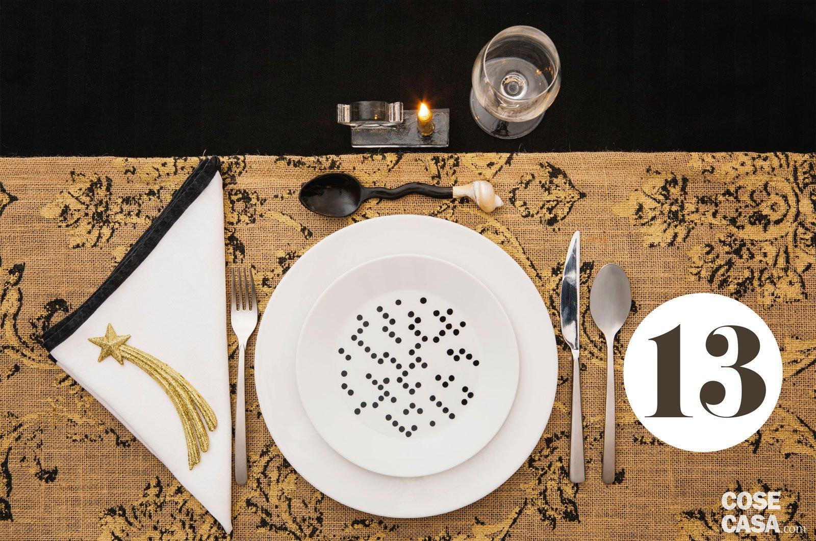 """Tovaglia Nera E Oro aggiungi un posto a tavola"""": 24 soluzioni per apparecchiare"""