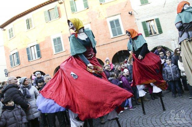Anche quest'anno Urbania in provincia di Pesaro Urbino si trasforma a inizio gennaio nella città della Befana. Ovunque nel centro della città si trovano stand con prodotti tipici ed eventi dedicata alla Befana. Foto: S&M photographers.  www.festadellabefana.com
