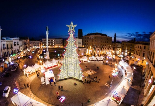 A Lecce la Fiera di Santa Lucia si tiene anche quest'anno nell'ex convento dei Teatini fino al 26 dicembre, mentre in altre piazze, come in Piazza Sant'Oronzo, sono dislocati altri mercatini natalizi. Foto:  Paolo Laku. www.viaggiareinpuglia.it