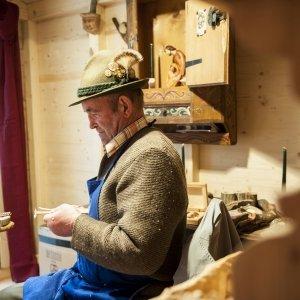 Al mercatino di Natale di Merano, nella foto, come anche a Castel Tirolo e a Scena sono protagonisti nel ponte dell'Immacolata i prodotti dell'artigianato. Foto: Merano Marketing http://mercatini.merano.eu/