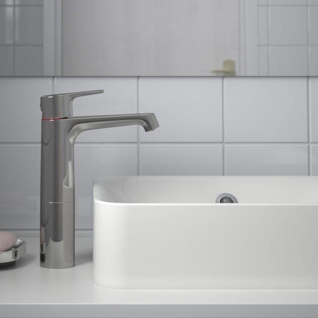 Il miscelatore monocomando Brogrund di Ikea Italia in ottone cromato grazie alla funzione Cold Start consente di risparmiare fino al 30% di energia. Alto 28 cm, il rubinetto è dotato di aeratore che limita la portata a 5,7 l/min. Prezzo 69 euro. www.ikea.it