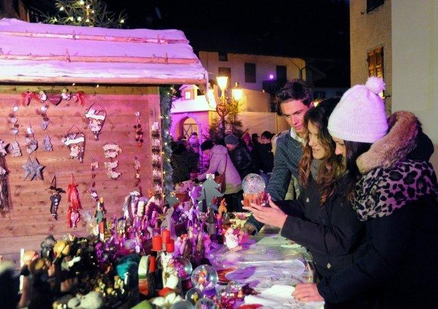 Prodotti artigianali e locali si trovano anche nei mercatini del Trentino, come nel borgo di Siror (nella foto), a Rango o a Fiera di Primiero, anche la secondo domenica d'Avvento. Foto: Silvano Angelani   www.sanmartino.com