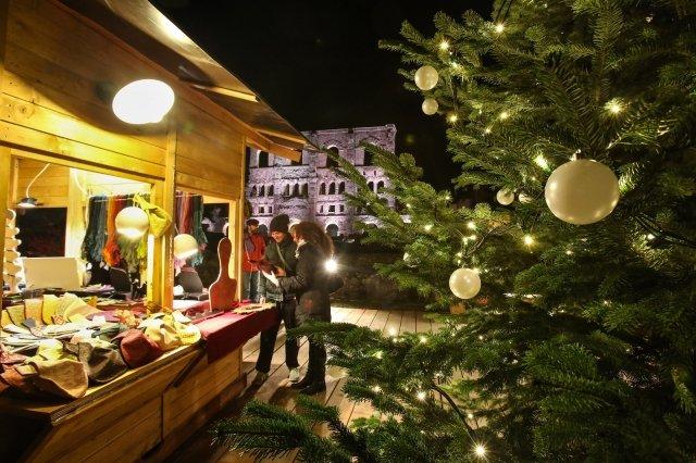 Il mercatino di Natale Marché Vert Noël con i tanti prodotti tipici e tradizionali si protrae ad Aosta nella suggestiva scenografia del Teatro Romano fino al 7 gennaio. Foto: Enrico Romanzi http://www.lovevda.it/it/eventi