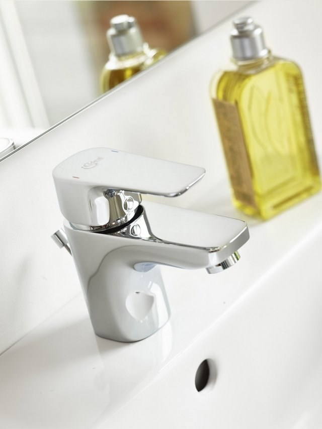 Ha bocca d'erogazione fissa il miscelatore monocomando per lavabo Ceraplan III di Ideal Standard con finitura cromata e una portata massima di 5 l/min. Prezzo del rubinetto 103 euro. www.idealstandard.it