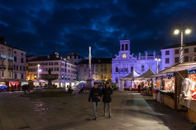 In Piazza San Giacomo a Udine si perpetua anche quest'anno, fino al 24 dicembre, la tradizione del mercatino di Natale, dalle 10 alle 19, dove si possono trovare prodotti dell'artigianato locale e tante idee regalo. Foto: F. Gallina www.turismofvg.it