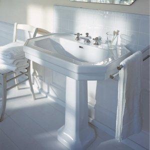 Poggia su colonna il lavabo con troppopieno di forma ottagonale della serie 1930 di Duravit in ceramica bianca. È disponibile nella larghezza di 60,70 o 80 cm. Prezzo nella misura L 60 x P 41 cm 578 euro. www.duravit.it