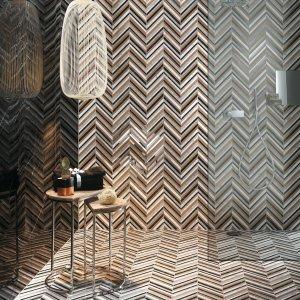 Roma Diamond, di Fap Ceramiche, è una serie dedicata al fascino del marmo lucido. Disponibile con finitura matt o satinata, è declinata in diverse varianti cromatiche e di formato, fra cui il mosaico spinato nelle dimensioni di 25,5x29,5 cm.