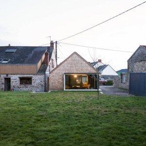 Questo progetto dell'architetto Tristan Brisard a Vigneux de Bretagne nasce dall'esigenza di ampliare una abitazione tradizionale dei primi del Novecento, con solidi muri di granito.