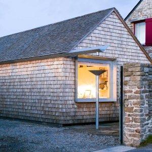 Il nuovo volume, autonomo rispetto al resto della casa e collegato solo da un passaggio, si distingue per l'utilizzo dei materiali ma riprende stilisticamente la preesistenza grazie al disegno archetipico.