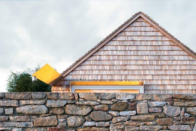 La costruzione, con tradizionale tetto a capanna, è interamente di legno: sono di abete rosso finlandese anche i tamponamenti esterni, isolati in modo naturale con fibra della stessa provenienza e arricchiti da dettagli sofisticati. Come i pluviali o i profili delle grandi aperture vetrate.