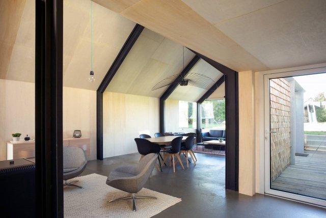 L'interno, di poco più di settanta metri quadrati, si contraddistingue per l'estrema semplicità formale: pavimentazione di cemento, sistema strutturale portante metallico lasciato a vista, tamponamenti e arredi di legno grezzo, assemblato con colle naturali.