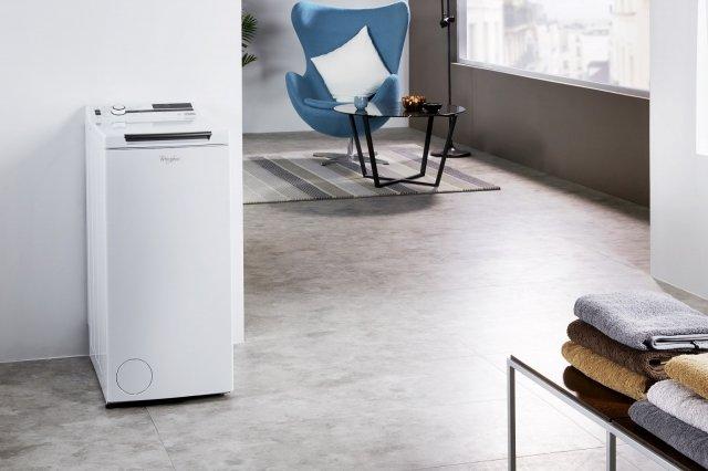 È dotata di tecnologia Zen con motore collegato direttamente al cestello che assicura la massima silenziosità la lavatrice carica dall'alto TDLR70231 di Whirlpool da 7 kg. Con 6° Senso e centrifuga massima di 1200 giri al minuto è in classe di efficienza energetica A+++ -10%. Misura L 40 x P 60 x H 90 cm. Prezzo 719 euro. www.whirlpool.it