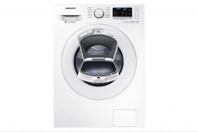 Il doppio oblò della lavatrice carica frontale ADDWASH™ Ecolavaggio® Serie 5500 Slim WW 70K5210 XW di Samsung consente di aggiungere capi o detergente in qualsiasi momento del lavaggio e i capi lavati a mano che necessitano solo di un risciacquo o una centrifuga. La lavatrice è dotata anche dei programmi Outdoor, Baby Care e Jeans. Da 7 kg, ha centrifuga da 1200 giri/minuto ed è in classe di efficienza energetica A +++ - 20%. Misura L 60 x P 45 x H 85 cm. Prezzo 649 euro. www.samsung.com/it