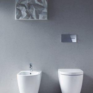 Filoparete, i sanitari Me by Starck di Duravit (design di Philippe Starck) misurano L 37 x P 60 cm. Il vaso costa 320 euro; con smalto antibatterico costa 370 euro; il sedile costa 105 euro e il bidet 290 euro.