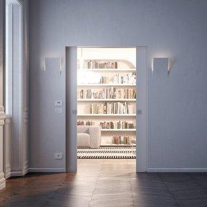 """Il controtelaio """"ECLISSE Syntesis Luce estensione"""" per porte scorrevoli a scomparsa a doppia anta non ha finiture esterne. È predisposto per il posizionamento di cablaggi elettrici, per l'inserimento di termostati, prese e scatole elettriche sulla parete dove è alloggiato il controtelaio. È disponibile, per versione intonaco o cartongesso, anche in versione scorrevole ad anta singola. Il modello in foto misura L 70 + 70 x H 210 cm. Prezzo su richiesta."""