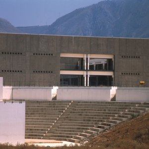 Dipartimenti di Scienze dell'Università degli Studi al Parco d'Orléans, Palermo, 1969-1988 Veduta di dettaglio della fronte ovest. In primo piano il teatro all'aperto