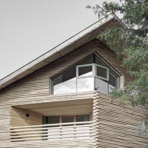 Questo chalet è un esempio di progettazione sostenibile le cui componenti in legno sono state progettate e realizzate da LignoAlp. La struttura in legno portante è costituita da un sistema di elementi prefabbricati in abete e un nucleo, efficiente dal punto di vista statico, completamente rivestito da travi di legno verticali a incastro. Grondaie e   paraneve sono in legno di larice. www.lignoalp.com