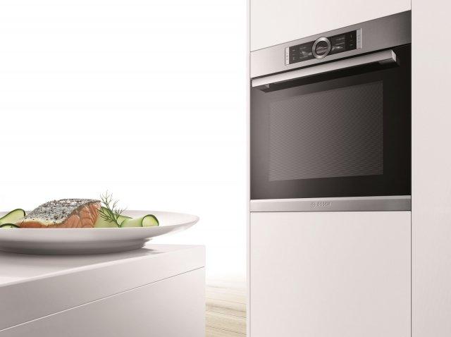Con il dispositivo aria calda 4D il forno da incasso HRG6769S6 di Bosch dotato di PerfectBake, PerfectRoast e AddedSteam garantisce una perfetta distribuzione del colore sui multilivelli. È dotato di DishAssist per un'impostazione completamente automatica di temperatura e tempi di cottura. Ha connessione di rete con Home Connect. In classe di efficienza energetica A, misura L 59,4 x P 54,8 x H 59,5 cm. Prezzo su richiesta.  www.bosch-home.com/it