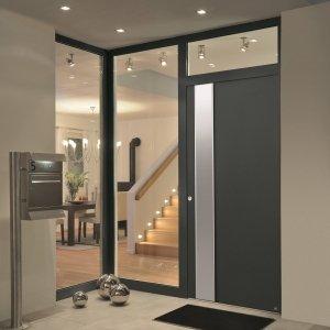 Molto efficace in termini di efficienza energetica è la porta d'ingresso ThermoSafe di Hörmann. Grazie al massiccio battente in alluminio, spesso 73 mm, con infrastruttura metallica e telaio in alluminio di 80 mm, entrambi a taglio termico e a doppia superficie di battuta, raggiunge un valore di trasmittanza termica fino a 0,8 W/(m²xK). È ideale per le case a basso consumo energetico. Prezzo su richiesta. www.hormann.it