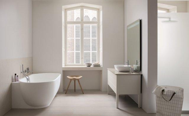 È realizzata in DuraSolid® bianco opaco la raffinata vasca Luv di Duravit, con design di Cecilie Manz, qui nella versione angolare. Misura L 185 x P 95 cm. Prezzo 3.520 euro. www.duravit.it
