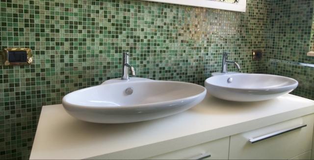 Rivestimento Bagno Mosaico Verde : Anche con un budget contenuto si può attrezzare un nuovo bagno