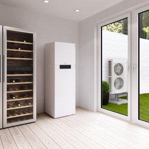 """Vitocal 111-S di Viessmann è una pompa di calore reversibile per il riscaldamento, la produzione di acqua calda sanitaria e il raffrescamento estivo grazie all'efficiente funzione """"active cooling"""" che assicura un consistente risparmio nei costi di esercizio. Ha dimensioni molto compatte: l'unità interna misura L 60 x P 68,1 x H 187,4 cm, quella esterna L 98 x P 36 x H 79 o 134,5 cm. Prezzo su richiesta. www.viessmann.it"""