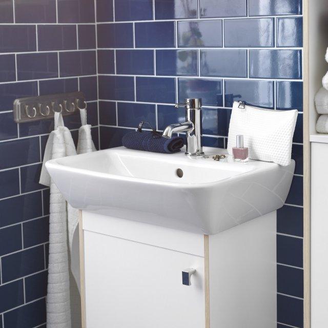 Il lavabo a una vasca Tyngen di Ikea Italia da montare su mobile lavabo è in porcellana bianca. Monoforo e con troppopieno, misura L 51 x P 40 cm. Prezzo 39 euro. www.ikea.it