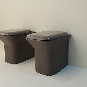 Intensa colorazione bruna effetto opaco per i sanitari Prua Coll. Colors di Azzurra (design Marco Zito). Misurano L 35 x P 52 cm. Il vaso costa 603 euro e il bidet monoforo 585 euro.