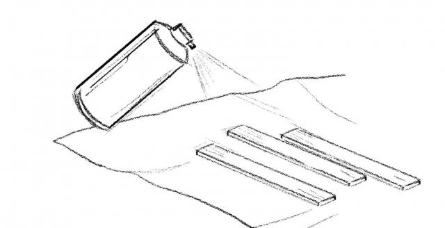 Per la testata e i piedi ➊ Proteggere l'area di lavoro con i giornali. ➋ Agitare la bomboletta e, a distanza di 20 cm, spruzzare il colore, da un'estremità all'altra con uguale intensità, su ciascuno dei profili. ➌ A prodotto asciutto (circa 30 min.) provvedere a eventuali ritocchi.