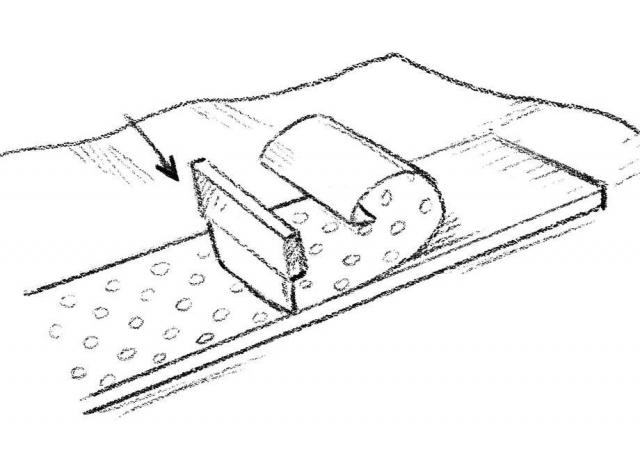 Per il giroletto ➍ Stendere la pellicola adesiva su un piano d'appoggio e sovrapporvi il primo listello. ➎ Con la matita tracciarne il perimetro, con un'abbondanza di 2 cm lungo i profili superiore e inferiore. ➏ Ritagliare la sagoma disegnata. ➐ Incollare la striscia di carta sul listello, partendo dal centro. ➑ Con l'aiuto della spatola, proseguire verso un'estremità e poi verso l'altra, facendo aderire bene anche sopra e sotto.