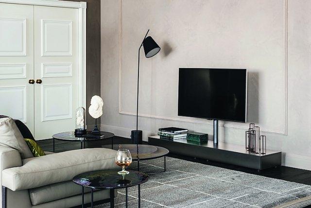 Con supporto orientabile di 15°, il portatelevisore Pixel di Cattelan Italia ha l'anta a ribalta. Misura L 180 x P 40 x H 97 cm; costa 1.345 euro.