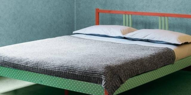 Dipingere il letto: come trasformarlo con un nuovo look a pois