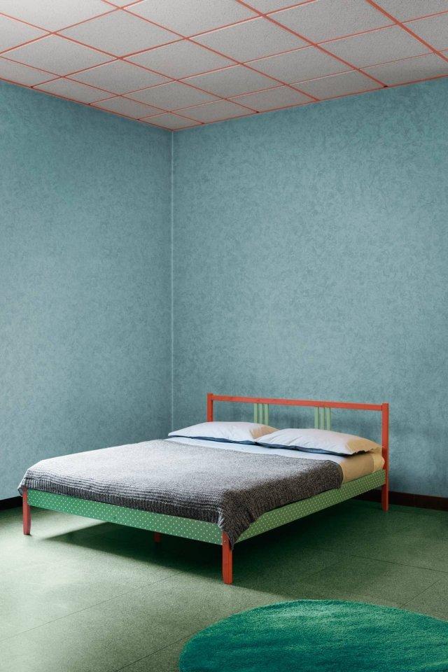 La struttura in legno massiccio del letto è il modello Fjellse; nella versone matrimoniale misura 207 x 167 cm e costa 54,99 euro. La biancheria è della collezione Blavinda; il set copripiumino con 2 federe costa 59,99 euro. Il plaid in lana antimacchia Dunang costa 39,99 euro. Tutto di Ikea (www.ikea.it).