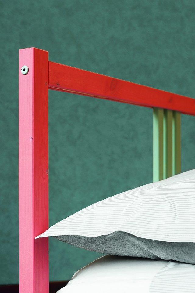 Più o meno coprente? L'effetto dipende dal numero di passate della vernice. In questo caso il colore è stato dato una volta sola per lasciare intravedere le venature del legno.