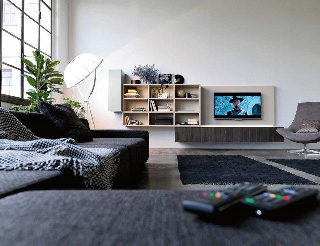 """Il programma a spalla permette di creare sporgenze, rientranze e allineamenti e ritagliare l'esatto spazio che serve per alloggiare il televisore. Il pannello portatv di Over di Doimo Cityline viene fornito di serie con un foro centrale del diametro di 8 cm per il passaggio dei cavi, che su richiesta può essere eliminato o sostituito. La parete, in nobilitato e laccato, nella misura L 392,8 cm x P 59,2 x H 164,2 costa 2.098 euro. LG Oled Tv B6V da 55"""" è dotato di esclusiva tecnologia per cui ogni pixel si accende e spegne in modo indipendente. Costa 1.999 euro.  www.doimocityline.com"""