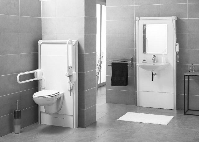 Superattrezzato Il vaso è fissato su un modulo motorizzato controparete, che ha un sistema saliscendi per regolare all'istante l'altezza della seduta. Il meccanismo, alimentato a elettricità, si aziona dal telecomando, sul quale è presente anche il tasto per il risciacquo. In più, offre la possibilità di applicare i maniglioni di sicurezza. Con l'aiuto del telecomando Sanimatic WC, linea Sanilife di Sanitrit varia in altezza per adattarsi alle diverse esigenze. Misura L 74,2 x H 132,1 cm. Costa 2.320 euro. www.sanitrit.it