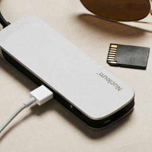 Kingston Technology Company Nucleum Nucleum di Kingston è un hub 7-in-1 USB Type C, fornisce porte USB-C e USB-A extra, nonché slot per schede HDMI e SD/microSD. È progettato per gestire tutti i più comuni accessori come mouse, tastiere e persino un secondo monitor. Gli utenti possono essere più produttivi, in quanto le 7 porte possono essere attivate contemporaneamente. Gli utenti possono infatti alimentare un MacBook e allo stesso tempo utilizzare un disco rigido esterno e caricare un iPhone. Le interferenze elettromagnetiche su Nucleum sono mitigate dalla schermatura e dal posizionamento unico della porta: la schermatura è stata posizionata sulle porte USB e i layout per entrambe le USB Type A e C si trovano uno di fronte all'altro, anziché essere contigui. Ciò riduce la possibilità di interferenze elettromagnetiche, oltre a consentire un maggiore spazio tra le porte che agevola l'introduzione di spine e adattatori di diverse dimensioni. Nucleum è disponibile negli Stati Uniti e arriverà nel Regno Unito e in alcuni paesi della regione Asia-Pacifico nel primo trimestre del 2018. www.kingstongo.com/nucleum