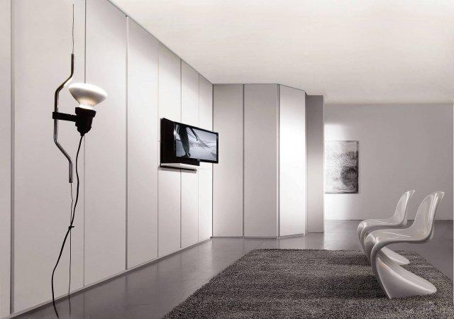 Il portatv estraibile Ghost di Fimar permette di alloggiare un televisore fino a 32'' in posizione sdraiata all'interno dell'armadio, occupando un minimo spazio (L 85 x H 30 cm). Costa 1.150 euro.