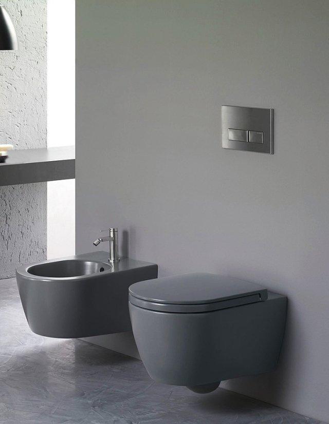 In grigio antracite, i sanitari Fusion di Hatria (design Nilo Gioacchini) esistono anche in bianco matt. Il vaso ha la tecnologia Pure Rim (senza brida) e il sedile soft close. Misurano L 35,5 x P 54 cm. www.hatria.com