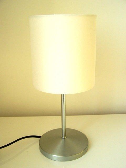 Luce da tavolo, di gusto sobrio e lineare, perfetta per la trasformazione in una lampada per bambini, colorata e divertente.