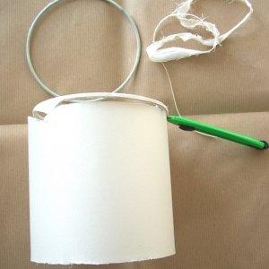 Staccate la stoffa del paralume dalla struttura di metallo usando una taglierina.