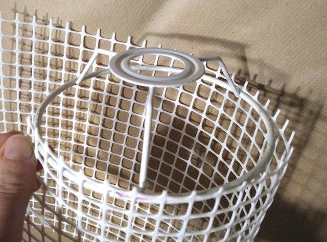 Usate la struttura metallica come base e ritagliate una sagoma uguale nella rete di plastica.