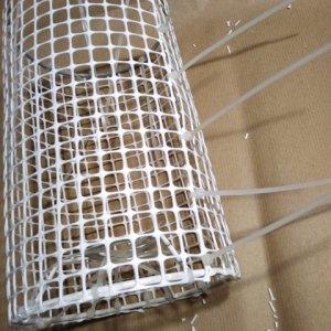 Attaccate la rete al paralume usando le fettucce da elettricista (foto) e ritagliate le eccedenze con le forbici.