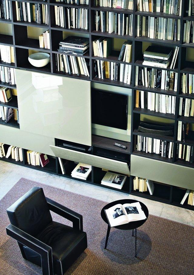 Tv, lettore DVD, decoder, ecc, trovano posto in vani dedicati all'interno del sistema che occupa l'intera parete, anche chiusi da ante scorrevoli e a ribalta. Il modulo portatv Selecta di Lema è proposto in varie finiture.