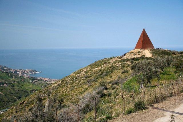 Piramide-38-parallelo-Mauro-Staccioli